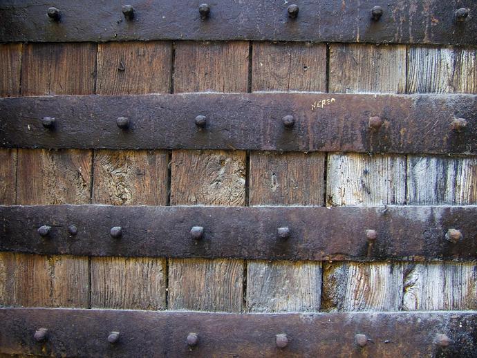 Textura madera y hierro en puerta antigua cava tour for Puertas de madera y hierro antiguas